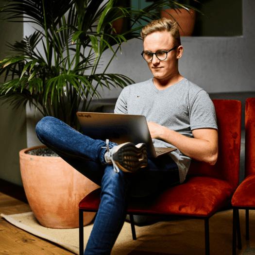 Niklas Grunow mit Macbook